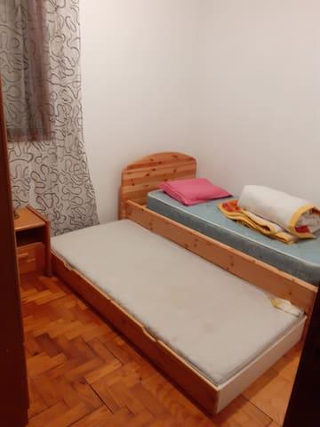 Quarto 3, com 2 camas de solteiro.