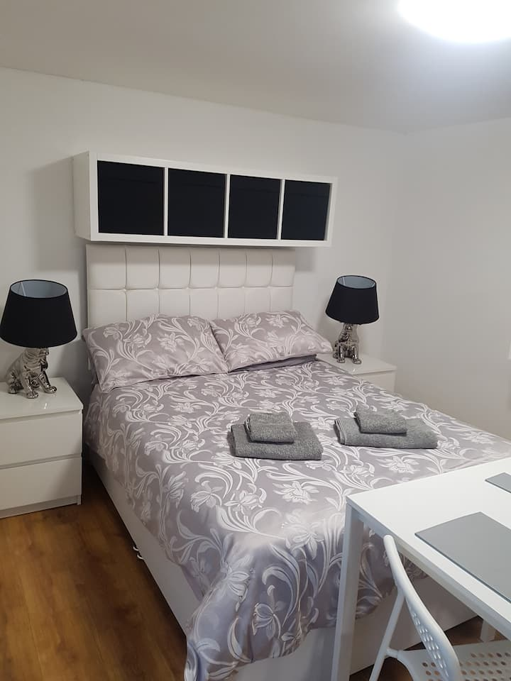 Large private double room with en-suite & kitchen.