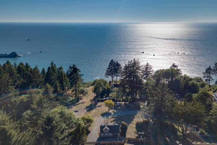Beautiful coastal cabin with ocean views, private deck, hot tub and BBQ!