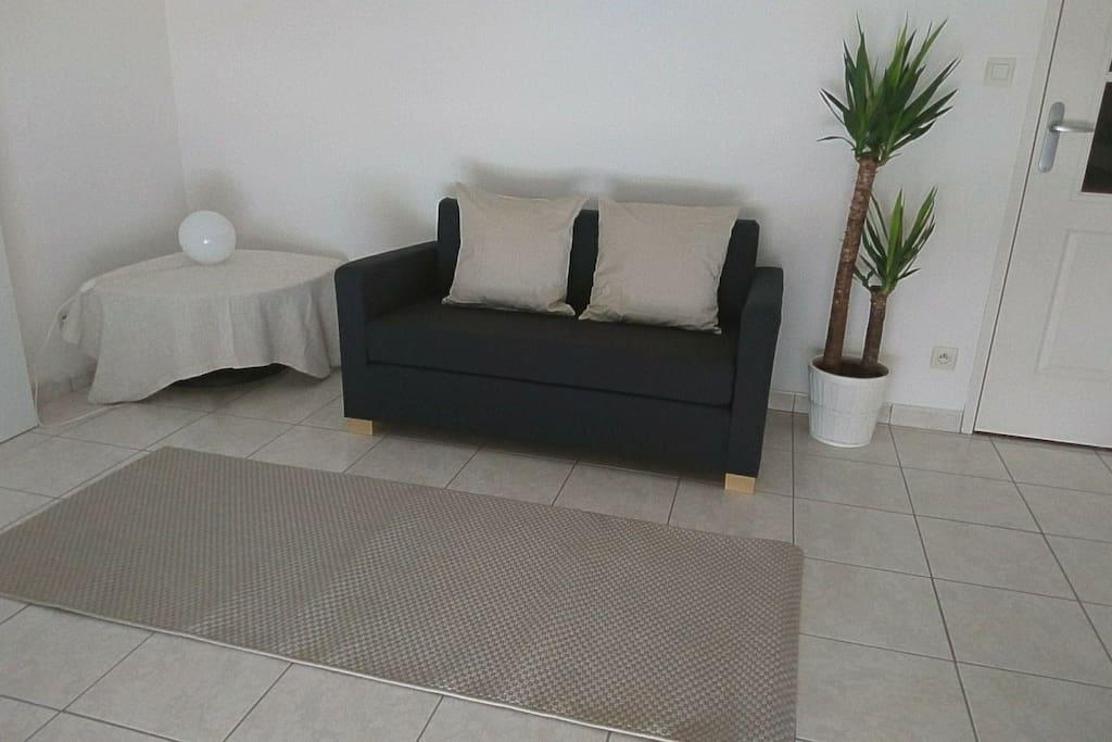 Désormais il y a 2 petites tables basses carrées Ikea :)