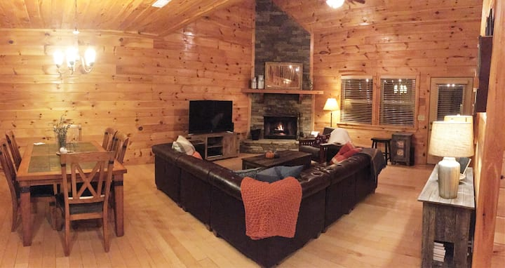 Cozy rustic mountain lodge on river w/ hot tub