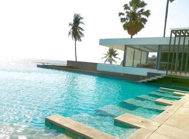 2 bedroom condo with beautiful sea and pool views!