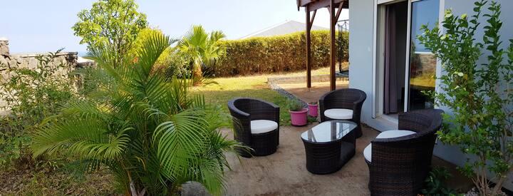 chambre avec terrasse et piscine