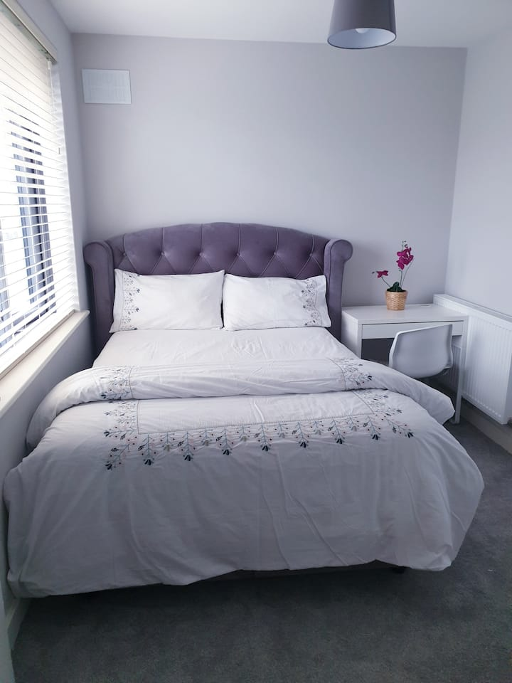Dublin Double bed in family house
