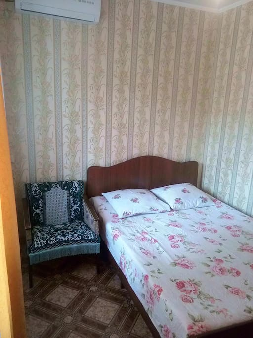 Кресло, двуспальная кровать
