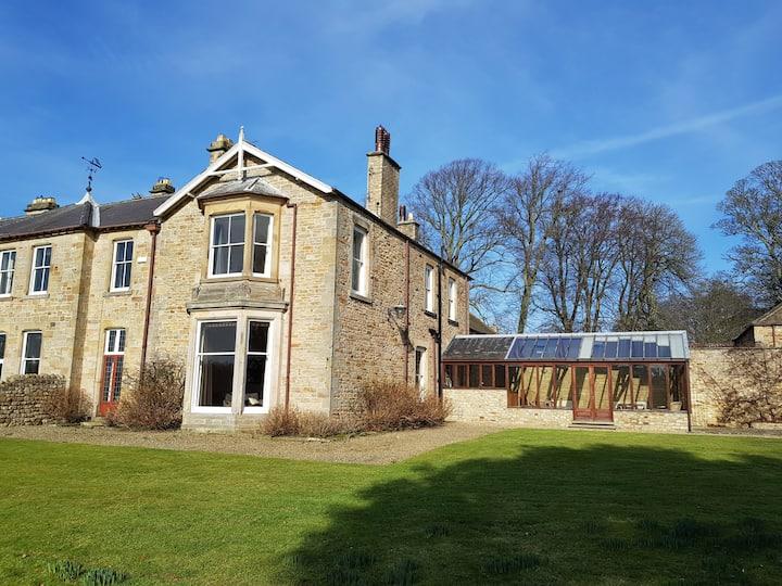 Snow Hall, 5 acre garden, spacious historical home