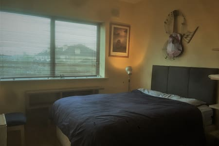 Double room with en suite in sea-view apartment