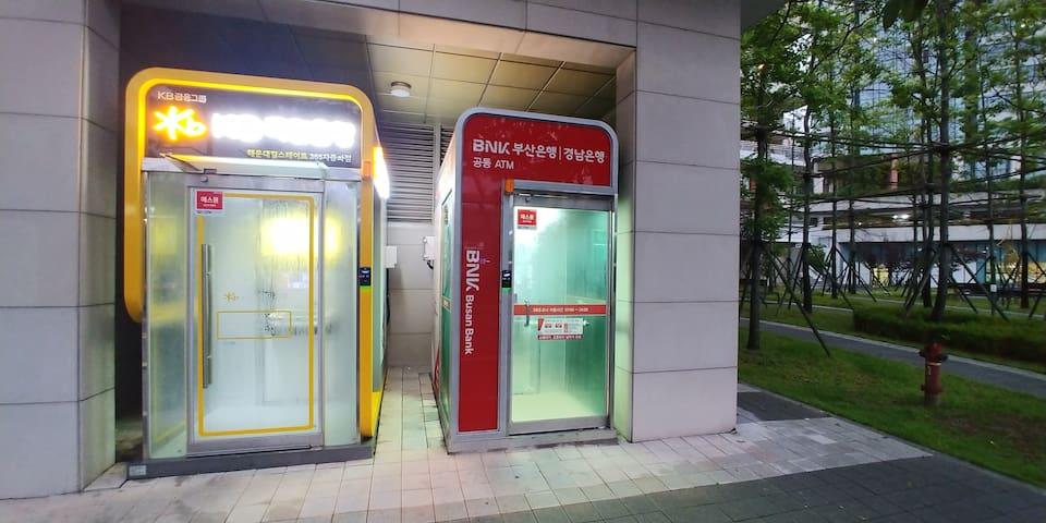 There is a ATM for Kookmin Bank and Busan Bank in the apartment complex. 아파트단지안에 국민은행 부산은행 현금인출기가 있습니다 앞쪽으로보시면 아파트상가도있습니다