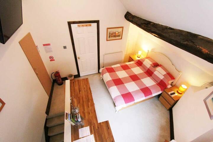 The Old Snug - King bed, en-suite, free parking