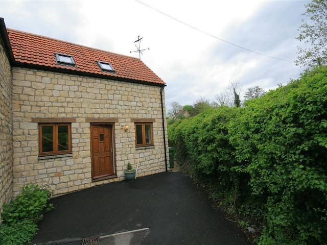BROOK COTTAGE, pet friendly, with a garden in Tetbury, Ref 988768