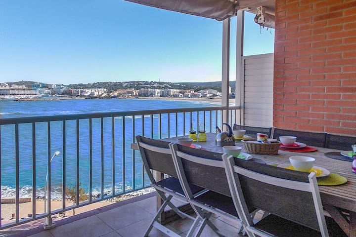 Fantastic seafront duplex apartment with shared swimming pool in L'Escala