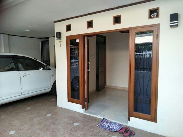 Tampak ruang tamu dan garasi di lihat dari dpn