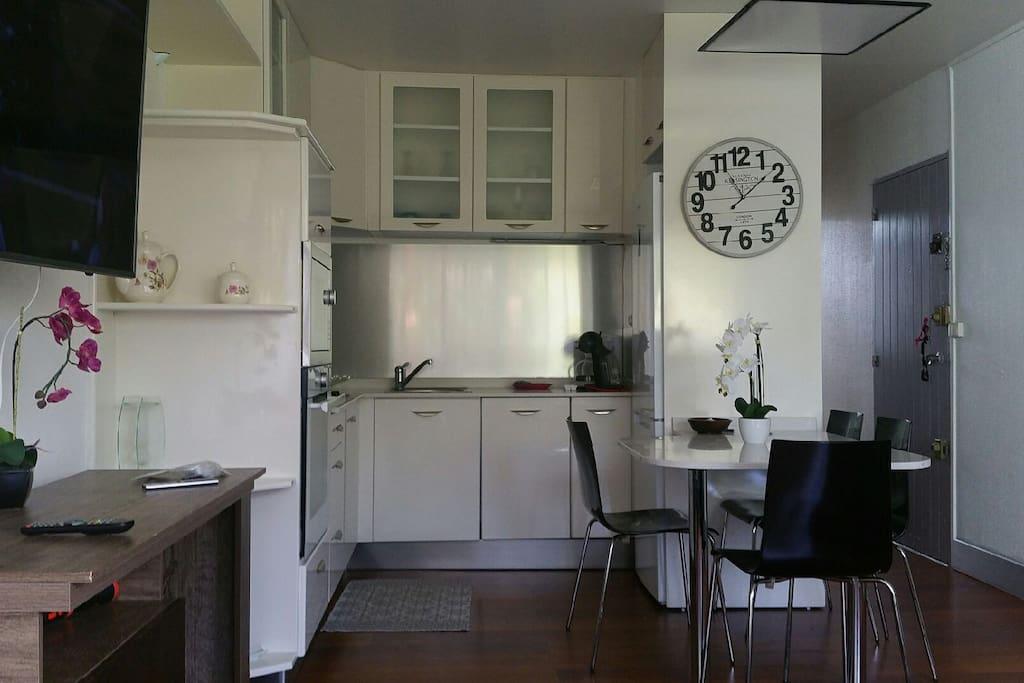 Espace cuisine ouvert sur le séjour climatisé