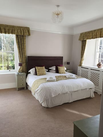 Wisteria Room. Deluxe double bedroom with ensuite.