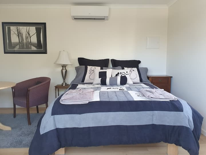 McKinnon Cottage, New and cozy, 3 mins to Station.