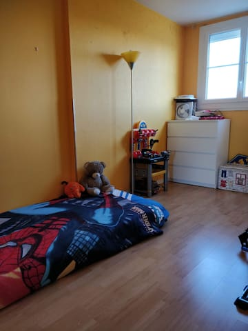 Chambre enfant 1 lit simple et 1 lit parapluie pour enfant de moins de 2 ans