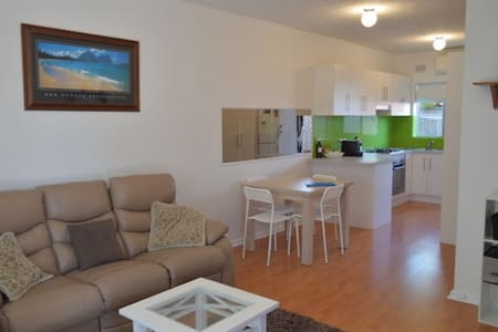 CLOSE TO BEACH - BUDGET BEACHSIDE ACCOMMODATION - Largs North - Lejlighed