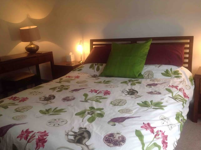 Stylish room. Close to Peak District and city. S7.