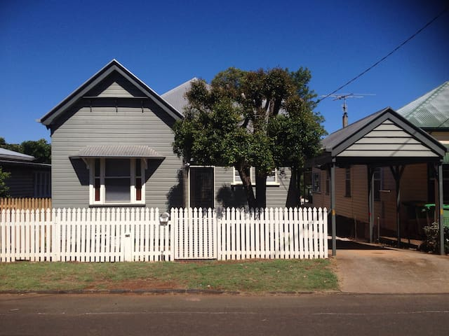 Mort Estate Cottage CBD Location - Toowoomba City - House