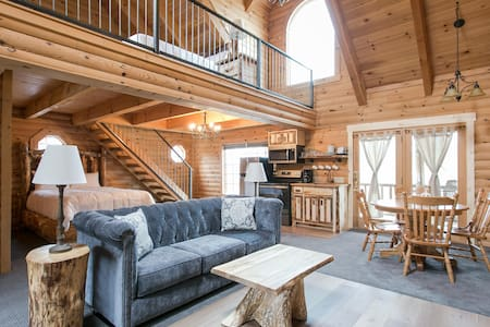 Luxury Cabin Suite with Jacuzzi - Near Berlin Ohio