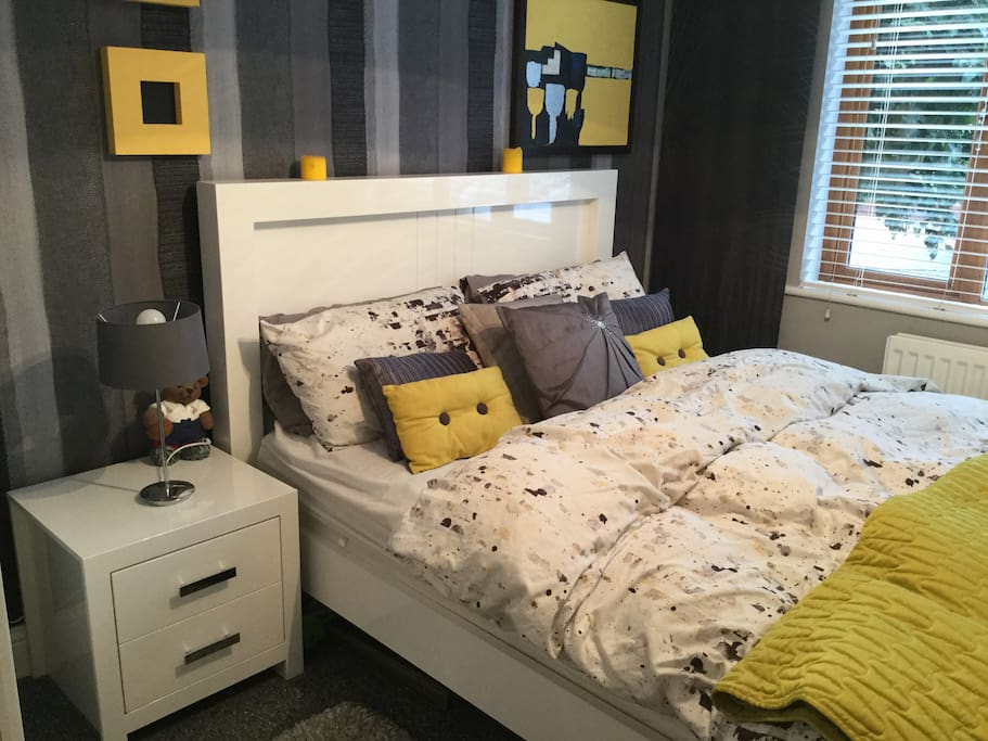 Bedroom with kings size bed