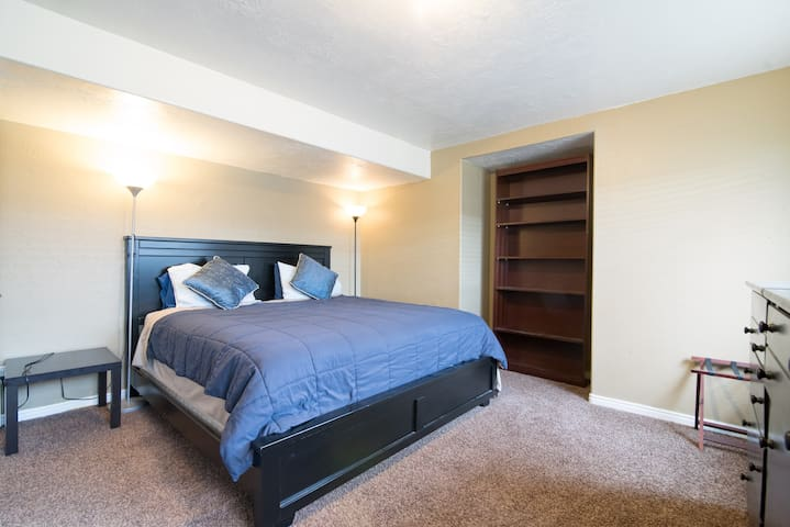 Private King bed, great location next to freeway.