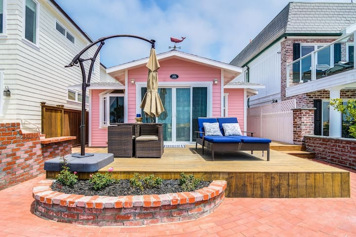 """Tickled Pink"" 1 Bed 1 Bath Super Adorable Beachfront Cottage"