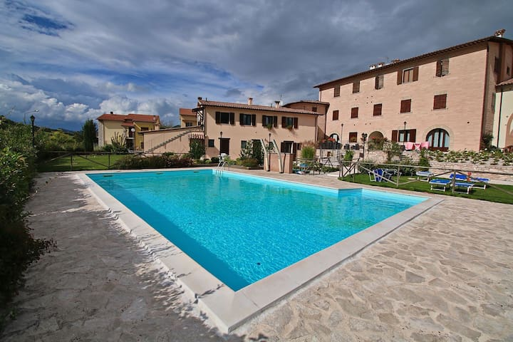 Holiday home with swimming pool, near Monte Nerone and nature reserves