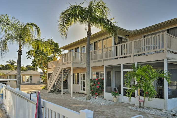 Sarasota Condo w/Deck - 1/2 mile to Turtle Beach!
