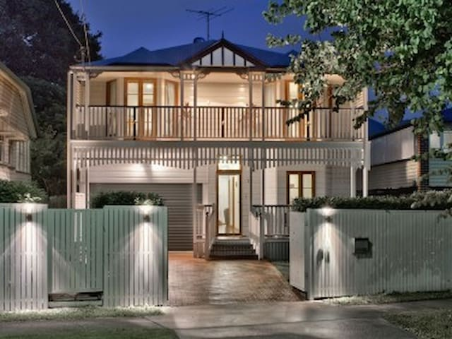 ★Ascot Retreat★ 5BD, 3.5 bth Sleep 18 , 5Km to CBD