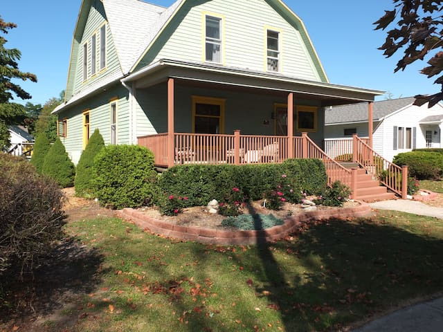 Leelanau Cottage - BEAUTIFUL AND HISTORIC HOME!