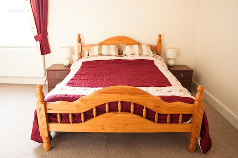 King size bed, guest bathroom, Wifi and parking.