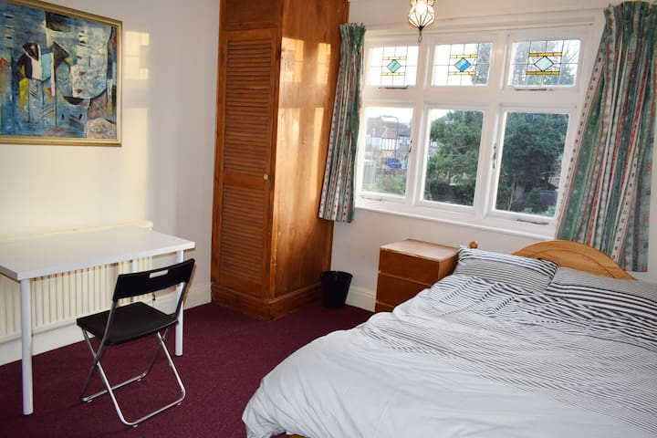 Large Double Bedroom: FAST WIFI & METRO LINKS - Harrow