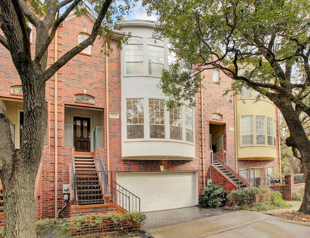 Huge 2BR townhouse | AAA+ location | 2 Kings | HBO