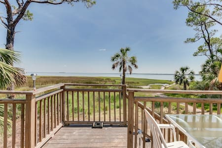 Charming Bay-side cottage w/private deck, BBQ grill & outdoor shower