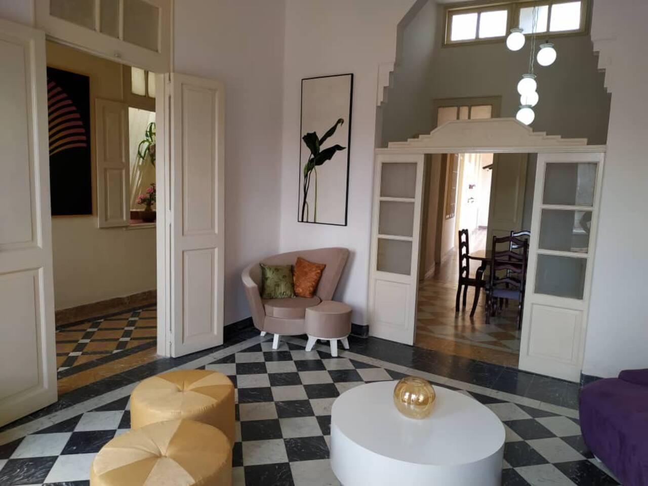 Casa VitalDecò es una Casa de Familia ubicada en una de las calles principales de la ciudad de Camagüey en el mismo  Centro Histórico.