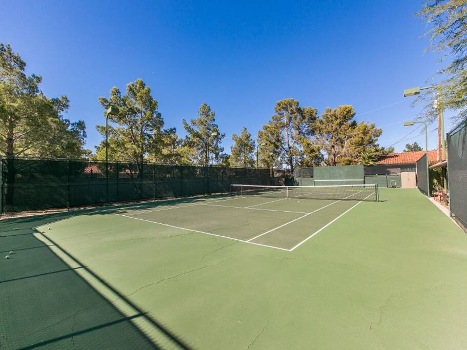 Tennis courts: rackets and tennis balls available