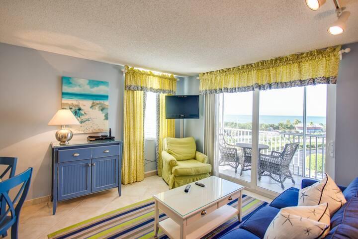 Enjoy ocean views & shared pool/tennis! Walk to the beach - snowbirds welcome!