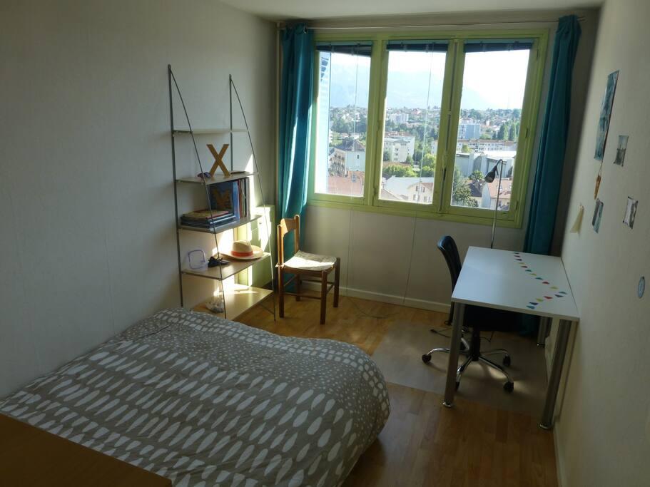 Chambre 2 avec grande fenêtre avec vue et bureau