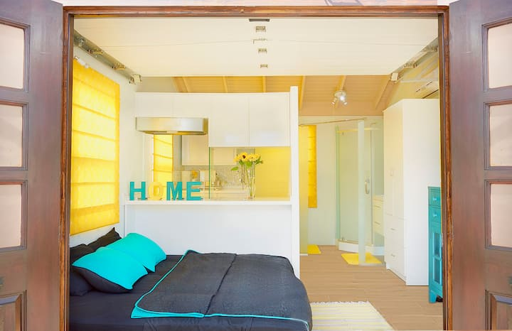 Petite Modern Affordable Studio 5 mins to Airport
