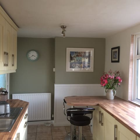 Cosy 2 bedroom house, close to coast and trains - Bangor - Stadswoning