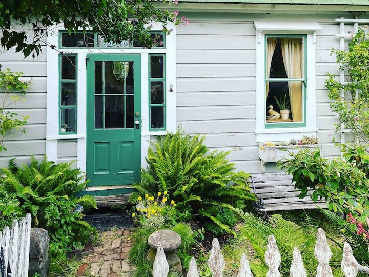 Historic Albion Cottage in Albion Village