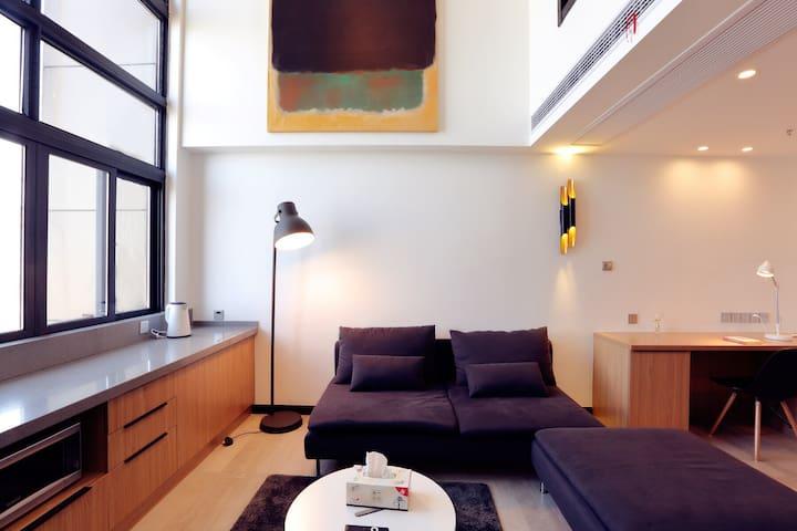 【艺~心宿】-恐龙园LOFT-匠心设计-购物广场旁万达附近-恒温中央空调-智能洗手间-卧室落地窗景