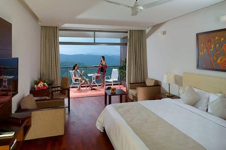 Well - Appointed Lakeview Room with Balcony - Idukki - Heritage-hotelli (Intia)