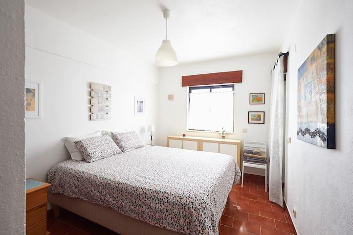 Quarto principal  com cama de 1,60x2,0m - Master Bedroom with 1.60x2.0m Bed