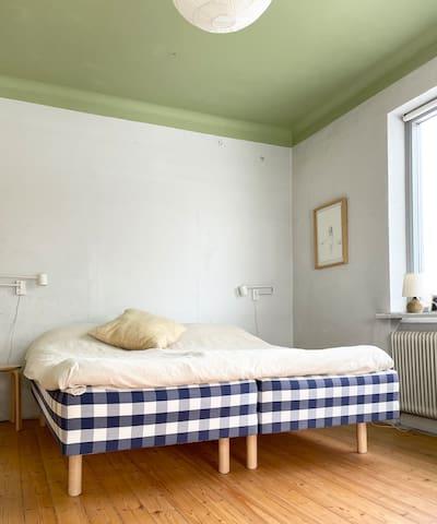 Master bedroom på nedervåningen med sköna Hästens-sängar