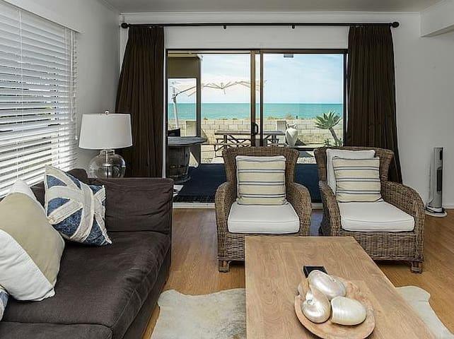 Villa by The Sea - Te Awanga Holiday Home