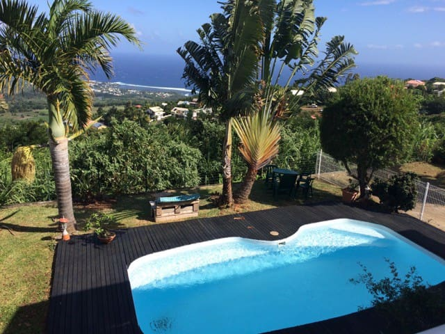 villa avec piscine et vue panoramique