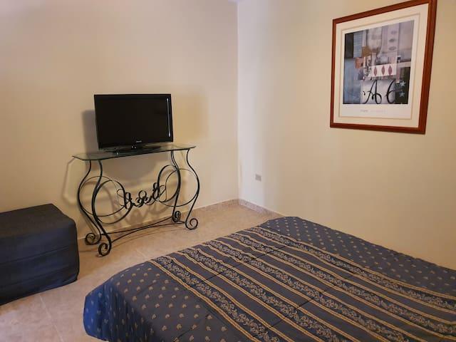 Habitación con aire acondicionado, TV, cómoda cama matrimonial con toda la lennceria, almohadas, cobijas. Closet.