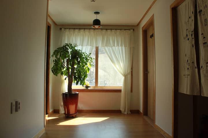 전주 한옥마을 동춘 게스트하우스 서재방(1인실)